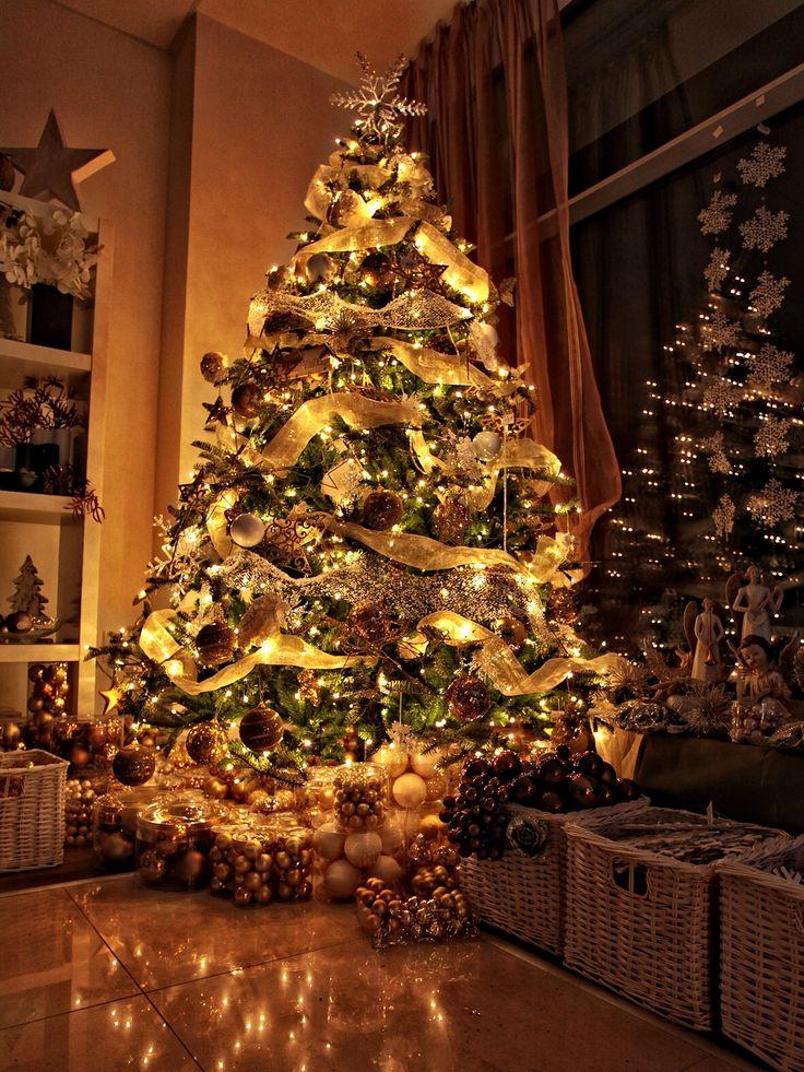 El Árbol de Navidad: la decoración (luces,...), los regalos
