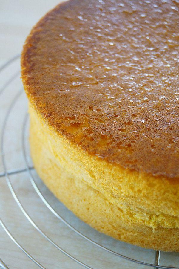 Ca fait plusieurs fois que j'utilise la génoise hyper classique pour mes gâteaux. J'aime sa légèreté, son moelleux et le fait qu'elle gonfle sans bomber (gâteaux bien droits), d'abord utilisée pour le gâteau des 8 ans de Quentin, et les 9 ans etc... bref!...