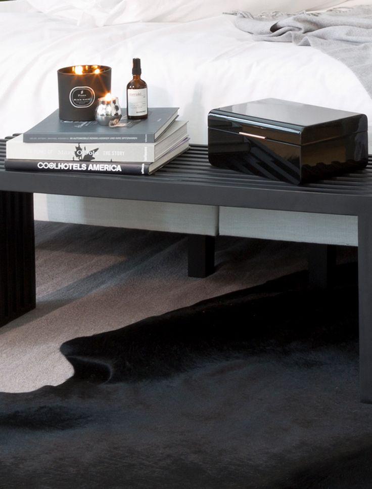 so funktioniert der look cool classic unser tipp fr mehr leichtigkeit im grau schwarzen interior bei bett und wsche auf strahlendes wei setzen und - Esstisch Mit Banken Neue Kombinationen Fur Innenbereich Oder Ausenbereich