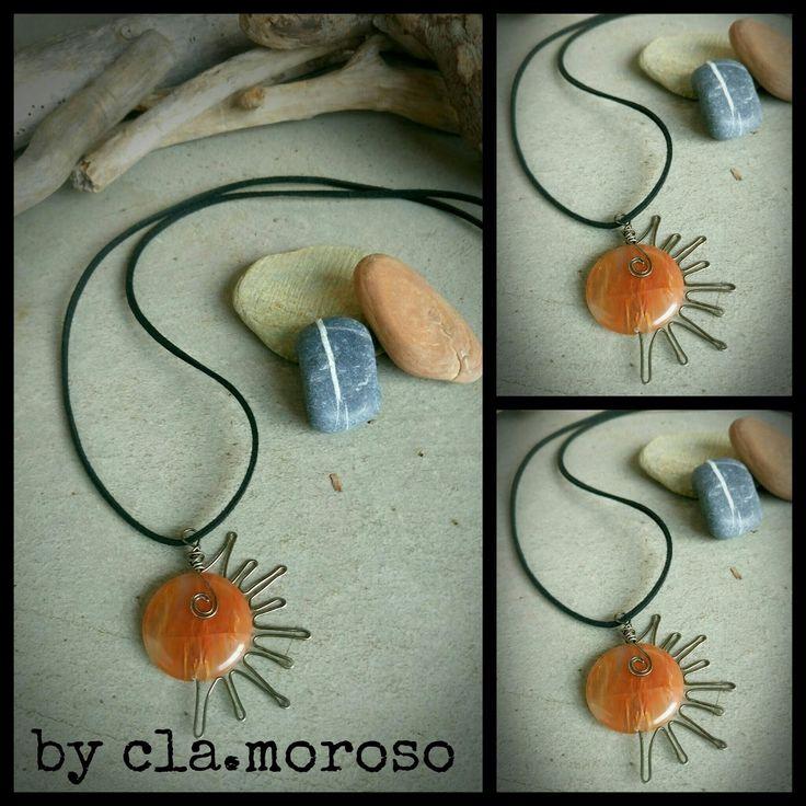 collana con ciondolo sole,   pietra arancione piatta   con raggi in filo metallico antracite   ...per portare calore al cuore...         ...