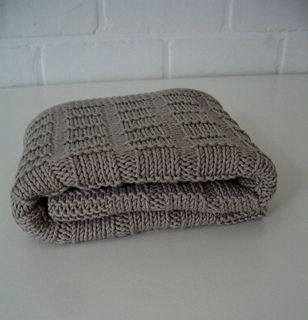 maxi cosi baby blanket - knit - free Ravelry download (you do need a Ravelry account to download which is free)