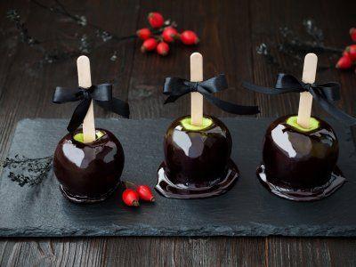 Estas deliciosas y saludables manzanas cubierta de caramelo negro son perfectas para dar a los niños este día de brujas, con este paso a paso aprende cómo hacer Manzanas Envenenadas.