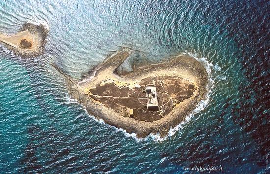 ISOLA DELLE CORRENTI L'Isola si trova a Porto Palo di Capo Passero ed è situata nella punta più a sud della Sicilia. Il nome deriva infat...