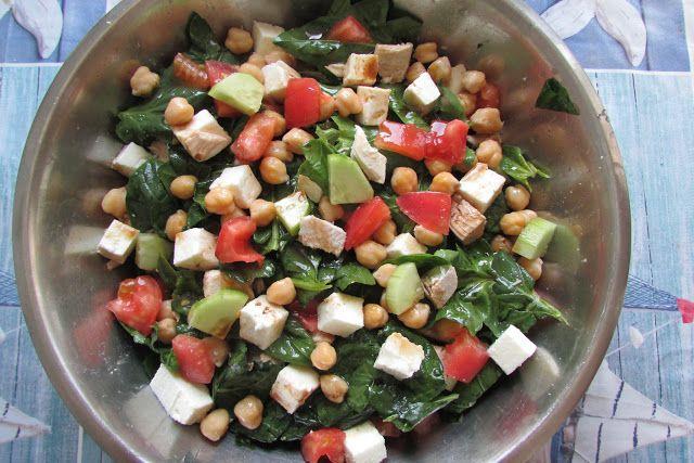 Greckie smaki: Pożywna sałatka ze szpinakiem, fetą i ciecierzycą