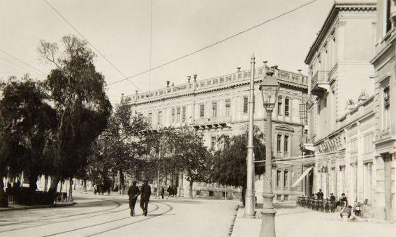 Το Μέγαρο Κούπα. Σχέδια του Ernst Moritz Theodor Ziller. Τελευταίο τέταρτο του 19ου αιώνα. Πανεπιστημίου-Κριεζώτου και Βουκουρεστίου. Οικία του βιομήχανου Αχιλλέα Κούπα ιδιοκτήτη μηχανουργείου στο Πειραιά.