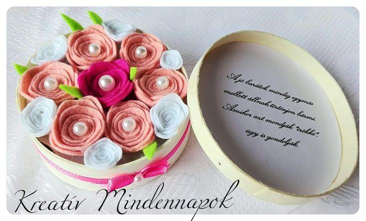 Mini virágdoboz filc rózsákkal ajándékba barátnőnek (11 cm )