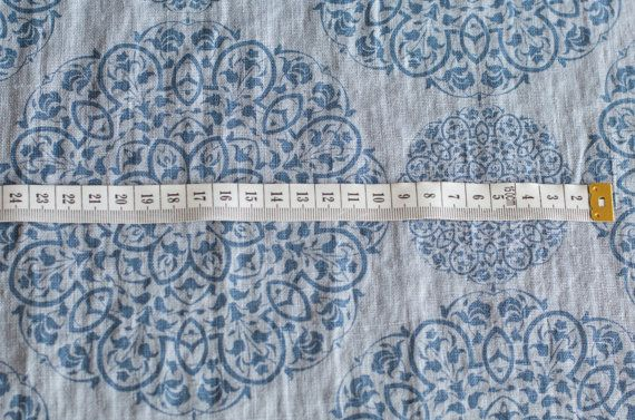 GEWASSEN ZUIVER LINNEN STOF. Blauw patroon.  Deze lichtgewicht linnen heeft een full-bodied draperen met een unieke, door de natuur geïnspireerde cirkel afdrukken. Het is de perfecte keuze voor het maken van volledige jurken, lichte jasjes en rokken, ook keukenlinnen, tafellinnen, gordijnen.  Bijzondere kenmerken: • Pure 100% linnen stoffen • Midden gewicht en Midden dikte stof • Het specifiek uit het productieproces wordt gewassen • Linnen stof voelen zeer zacht en zijn zeer absorberend •…