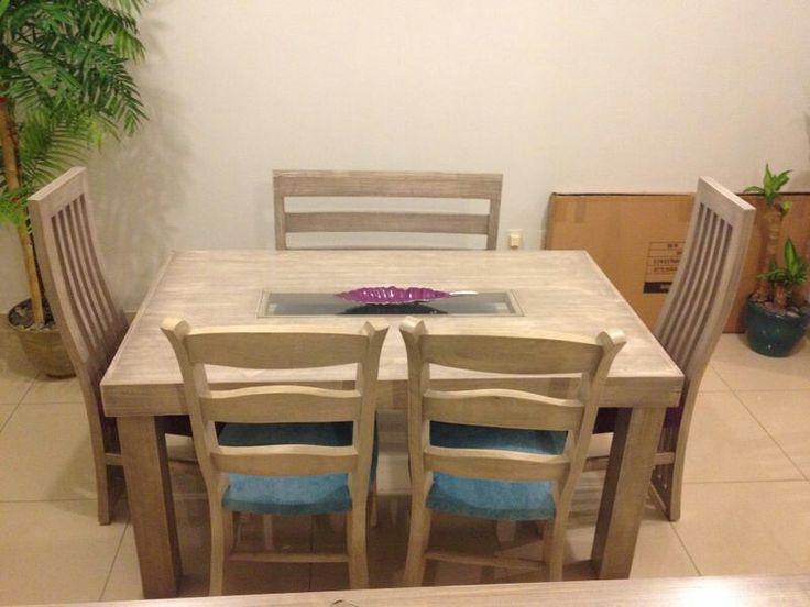 Comedor para 6 personas con 1 banca , 2 sillas de tiras y 2 sillas rustica. Mesa de 90cm por 1.50m en gis claro vintage. Vidrio central transparente.