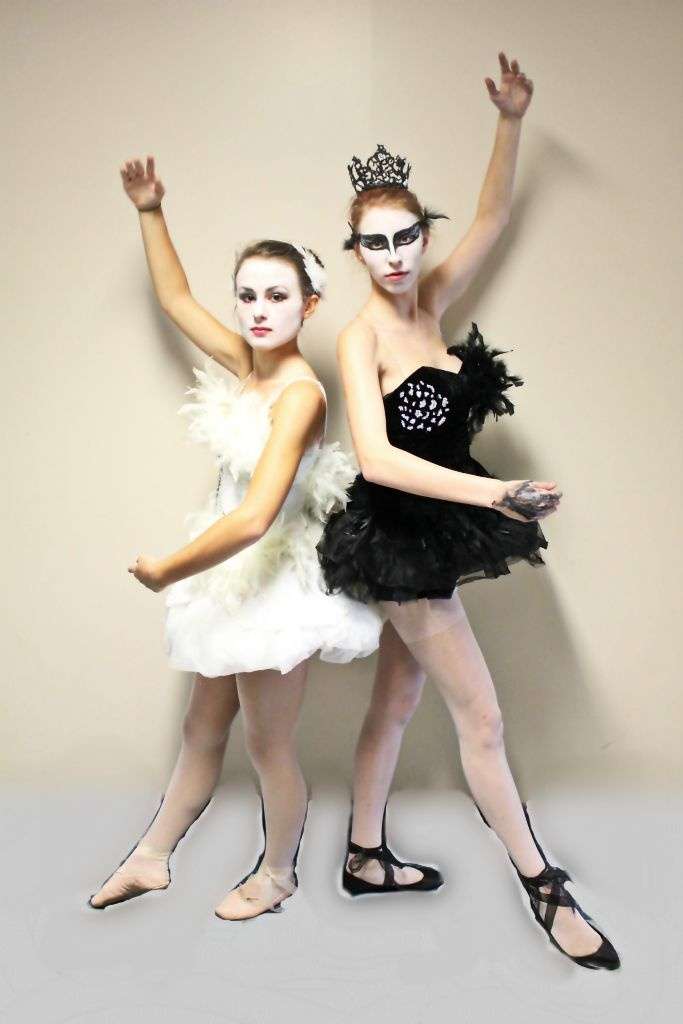 homemade black swan and white swan costumes halloween costumes pinterest schw ne. Black Bedroom Furniture Sets. Home Design Ideas