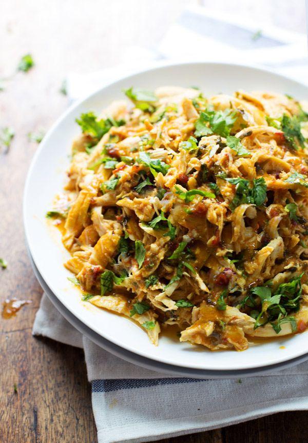 Spicy Chipotle Verscheurde Kip - uitdagend, smaakvolle kip die werkt in taco's, salades, nacho's, en nog veel meer!  190 calorieën.  | Pinchofyum.com