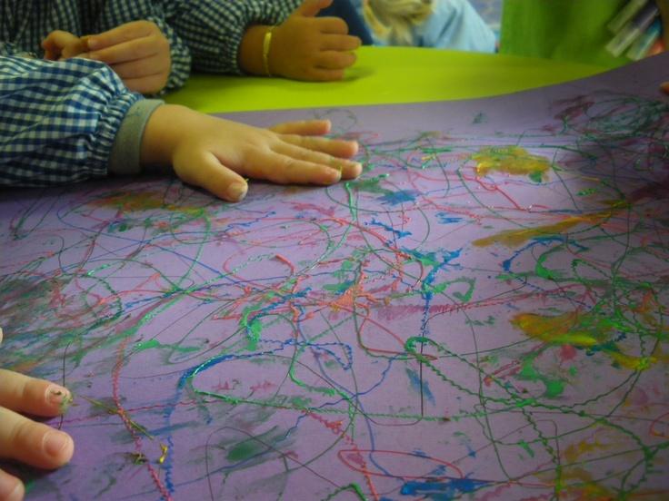 Escuelas Infantiles El Patio experimentando con materiales rugosos....