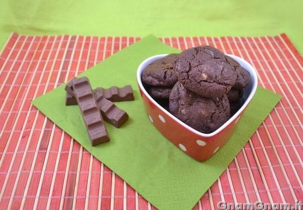 Cookies con cioccolato kinder -  Qualche mese fa ho comprato una confezione di barrette kinder con il buon proposito di farci dei dolci; arrivati ormai in estate, ho pensato che era giunto ormai il momento, prima che si sciogliessero, così ho iniziato ad usarne un bel po' per fare dei cookies al cioccolato kinder. Una volta sfornati e raffreddati, [...]