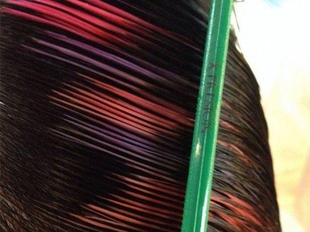Ciocche di capelli sulle tonalità del rosso e viola in stile pixelTra le tendenze primavera 2015 pixelated hair viola e rosso.