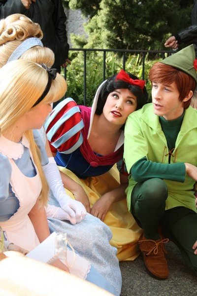 Alice, Cinderella, Snow White, and Peter Pan at Disneyland. This is the most fantastic thing I've seen in a long time. <3
