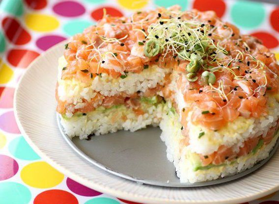Hoe leuk is deze sushi taart! Hier steel je de show mee op elk buffet. Wat heb je nodig: Voor rijst: – 225 gram sushi rijst – 315 ml water – 35 ml rijstazijn -1.5 eetlepel suiker …