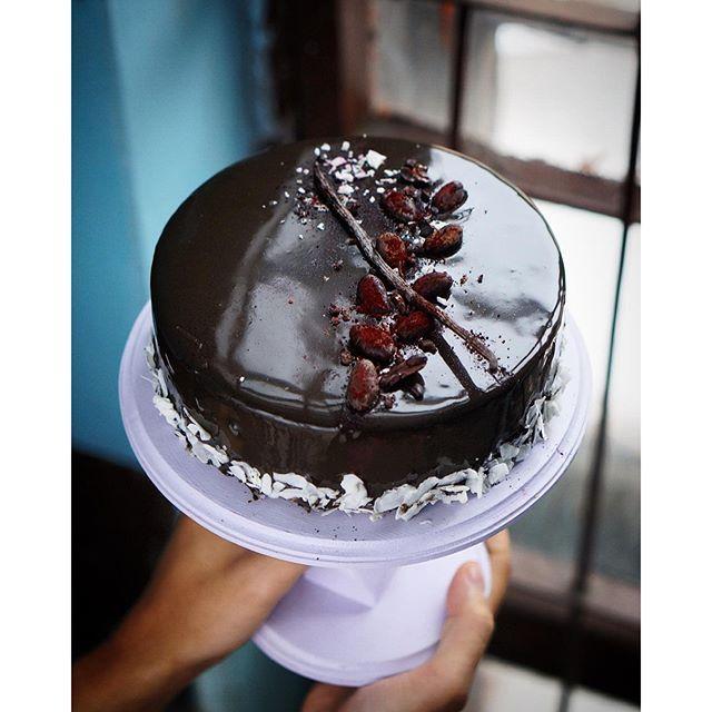 """С праздником дорогих мужчин!🎂🎉🎈Без вас мы, девочки, никуда🎀 На фото мой авторский торт """"Bali"""", приготовленный к празднику✨😻👌🏻 В составе: шоколадно-кокосовый бисквит, цитрусовое крем брюле, апельсиновые чипсы и кокосовый мусс с ликером Куантро😏🙌🏻 И зеркальная глазурь, конечно😻 Люблю я готовить торты, не могууууу... Как жаль, что редко - некому есть😃😃😃"""