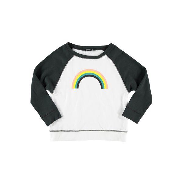 Een regenboog van perzik, geel, blauwgroen en zwart op een sweater in zwart en wit (baseball stijl).