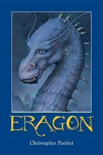 """Napisana przez 17 - latka powieść, rozgrywająca się w magicznym świecie. Książka opiera się na znanym starszej generacji czytelników archetypie dorastania młodzieńca, jego dojrzewania , poszukiwania nauczyciela i spełnieniu misji. Eragon – bohater Paoliniego , młody wiejski chłopak znajduje niebieski kamień i przynosi go do domu. Ale zanim udaje mu się sprzedać go handlarzowi, z """"kamienia""""... pokaż więcej"""