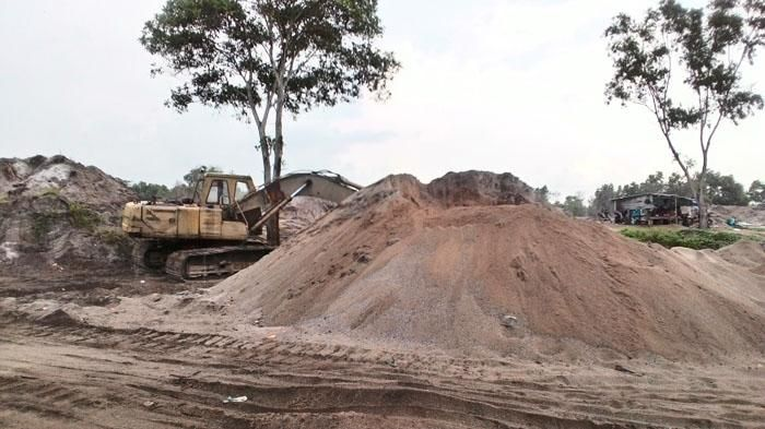 Diduga Tak Miliki Izin, Tambang Pasir di Tanjung Irat Tetap Beroperasi