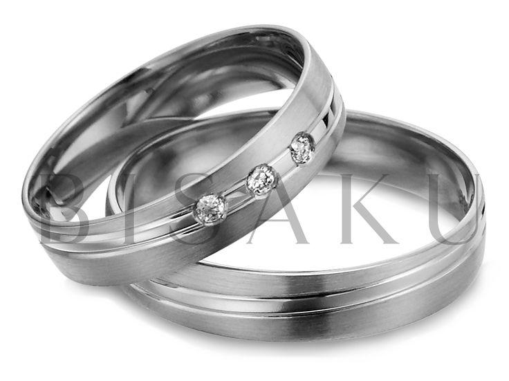R146 Diagonálně vedené linky? Tento prvek máme v oblibě a vždy se snažíme ho ztvárnit jinak. Tomuto páru snubních prstenů vévodí silná lesklá linie, která design obou prstenů sjednocuje. U dámského prstenu jsou v této linii zasazeny tři kameny. #bisaku #wedding #rings #engagement #svatba #snubni #prsteny #palladium