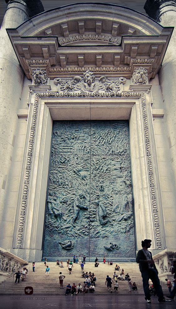 THE WORLD´s BIGGEST GATE! .......... It would be interesting to see who is behind that door!: