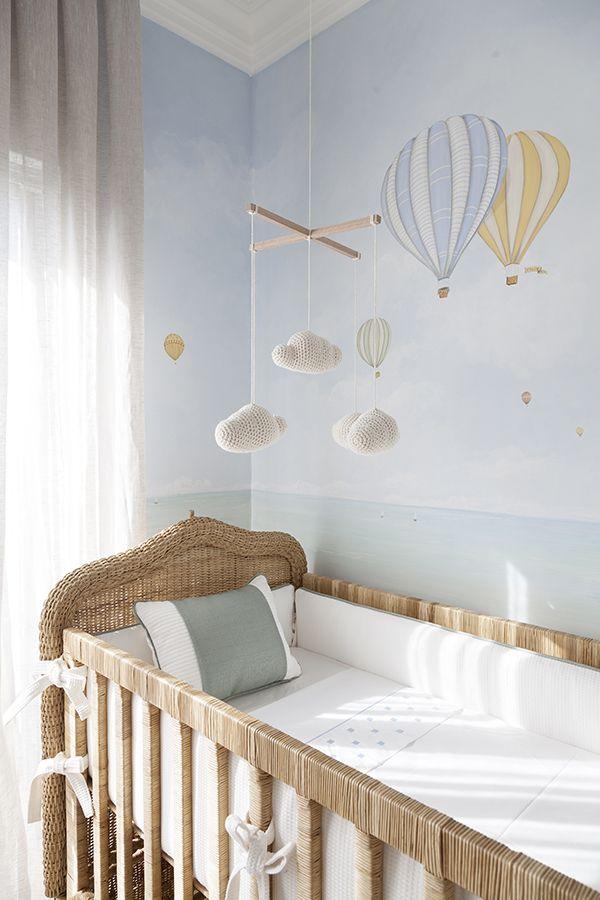 Diego Revollo projetou um quarto de bebê com decoração contemporânea muito fofo. Em tons de amarelo e cinza, o cantinho ficou uma graça