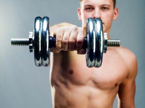 Ćwiczenia z hantlami: trening w 5 minut | Men's Health