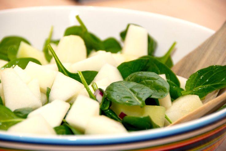Elsker du melon og spinat? Så skal du prøve denne lækre melonsalat med spinat og rødløg, der er virkelig dejlig og frisk salat. Melonsalat med spinat og rødløg er en fremragende salat, som du kan b…