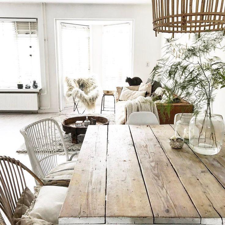 Table en bois et suspension en rotin pour une salle à manger authentique