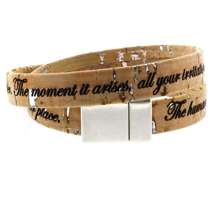 LIEBLINGSMENSCH Gravur Korkarmband 1 cm mit Magnetverschluss - 2-fach gewickelt.  Angenehm weiches Korkarmband.  Speziell für Sie hergestellt.  Der robuste Magnetverschluss aus Zamak hält das Band sicher am Arm fest.  #Kork #Armband #Lieblingsmensch #Geschenk #Mann #Frau #Familie #Liebe #Partner #Beziehung #Schmuck #Gravur