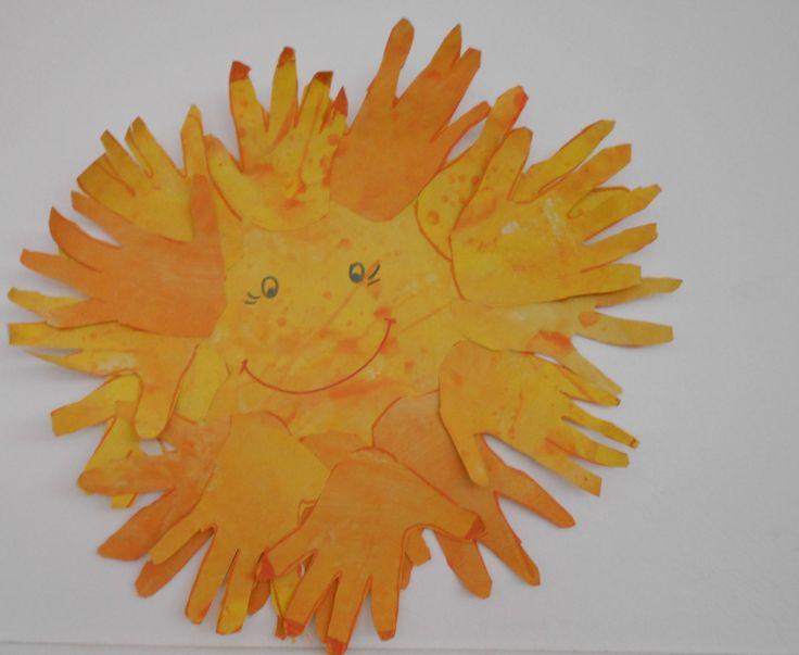 ομαδική + ατομική - σε χαρτί του μέτρου το οποίο πρώτα έχουμε βάψει κίτρινοπορτοκαλί  σχεδιάζουμε και κόβουν τις παλάμες τους
