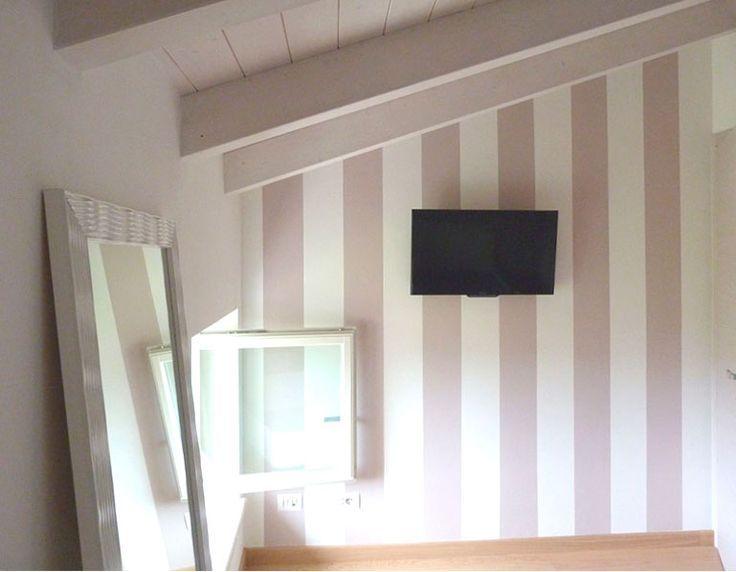 Pareti A Strisce Lilla : Parete a righe lilla letto pareti camera da letto pareti camera