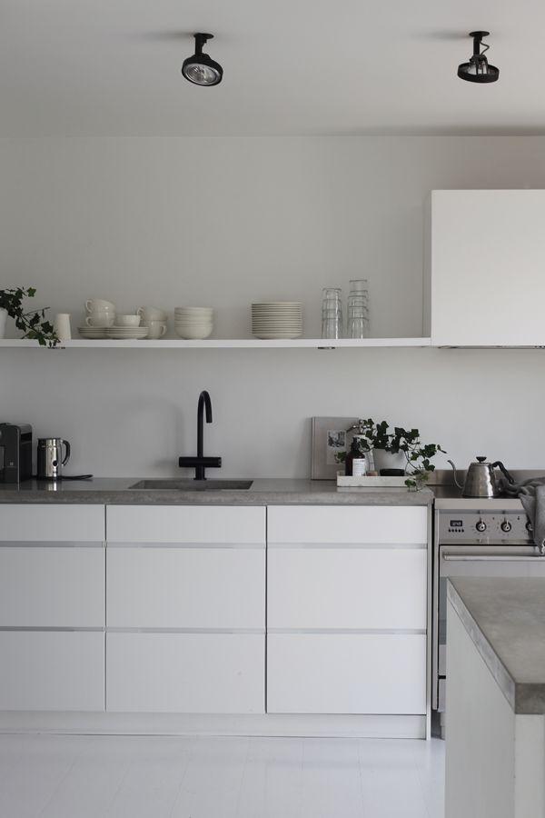 Lyst til å friske opp kjøkkenet? Jeg gir deg fem enkle stylingtips til et renere og mer ryddig uttrykk, og det beste er at det er gjort på et blunk.