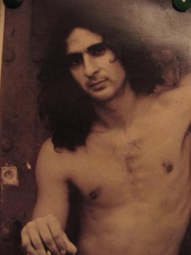 """Antonio Flores (14 de noviembre de 1961 - 30 de mayo de 1995) : """"Hice un primer álbum que no me gustó nada, llevo esa imagen porque era la época en que salían los niños guapitos, rubios, cantando canciones de amor tontas. Yo era feo, bajito y con el pelo largo, pero al fin y al cabo quisieron meterme por el mismo camino"""""""
