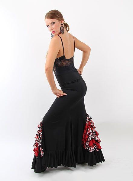 Faldas flamencas para baile flamenco, realizadas en crespón, punto y crespón. Es una falda flamenca que va entallada desde la cadera se puede colocar como cintura alta o cintura baja, viene confeccionada en color negra y cuenta con tres godet, cuenta con estampados en volantes delante y atrás. Con respecto a su confección esta elaborado con un punto especial para obtener un tacto suave que parece seda…