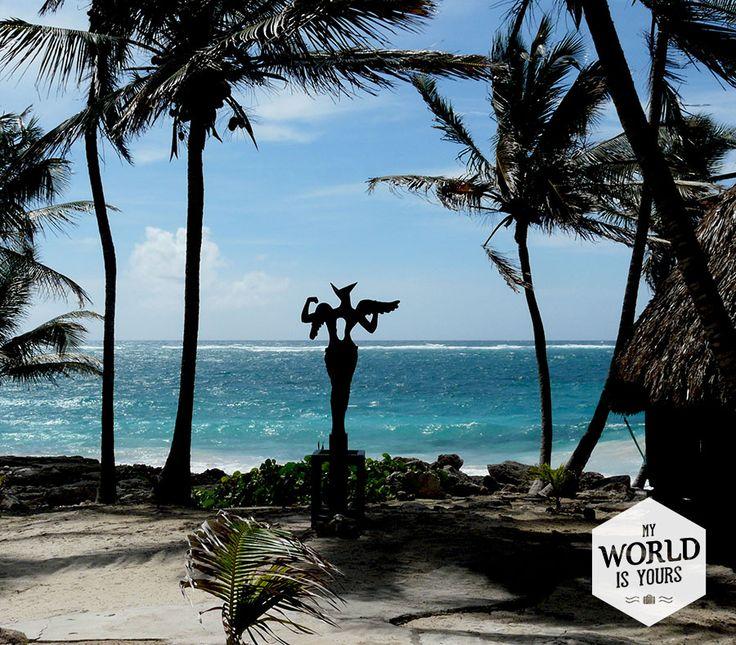 Het is rustig in #Tulum, zo vertelt Tomas ons. Wij snappen niet waarom. Tomas is de hotelmanager die nogal duister uit zijn donkerbruine ogen kijkt. Hij gaat ons voor het pad af, langs fakkels en Maya-beelden, tussen de palmbomen door. De houten huisjes zien er van binnen comfortabel uit: grote bedden, ruime badkamers en op de achtergrond speelt de zee. #Beach #Palms #Palmbomen #Zee #Mayas #travel
