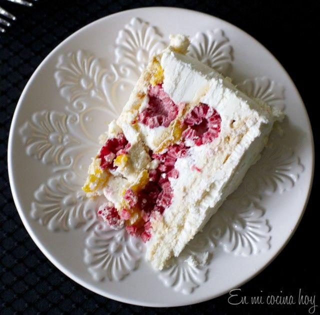 La torta de merengue frambuesa es una de mis favoritas. Puedes hacer los merengues en casa o comprarlos listos y solo rellenarla. Prúebala con mango y limón
