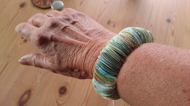 Ingrid Astbo har gjort ett armband av kartsidor..