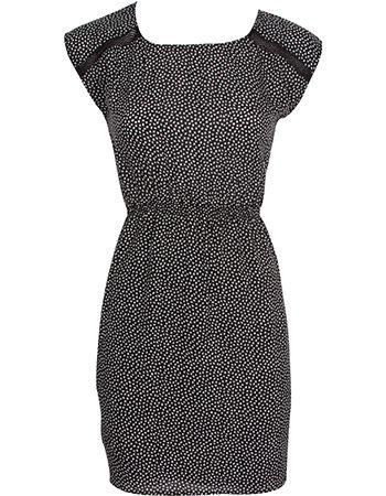 Een vrouwelijke losvallende jurk van het Duitse eco label Armedangels. De jurk heeft een witte all over mozaïek print.