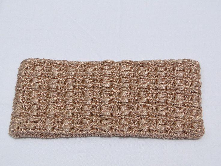 Carteira em crochê, tecida em linha de seda âmbar. Forrada, fechamento com botão dourado.  Medidas : 11 A x 23 C