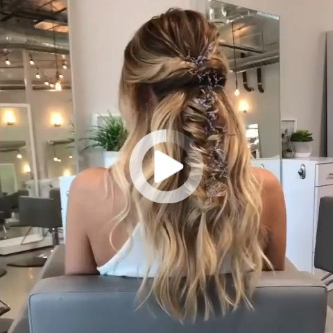 Zainspiruj się ponad 80 niezwykłych pomysłów na fryzury ślubne Waszego ślubu. ������ // mysweetengagement.com // #wedding #weddinghairstyles #weddinghair #bridalhair #hairstyles #hair #bridalbeauty #hairstyleideas #braidedhairstyle #braids #braidedhair #halfuphalfdownhair #dlugiefryzury #braidedcrownhairstyles