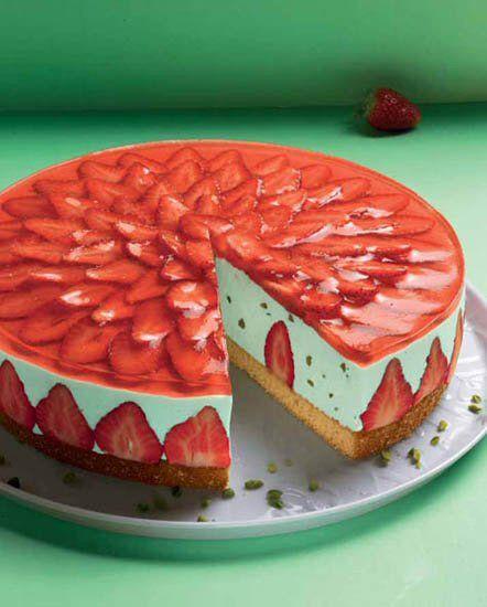 Erdbeer-Waldmeister-Torte Eine sommerliche Torte mit einer Waldmeister-Sahne und Erdbeeren