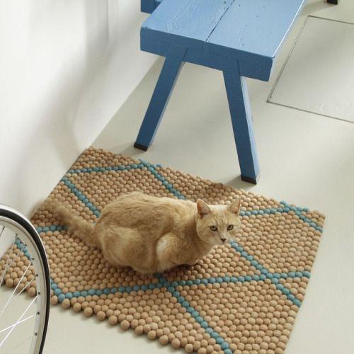 Katzen wissen genau, wie sie den ganzen nichts machen und nur schlafen sollen. Ein handgefertigter FilzKugelTeppich ist der beste Platz dafür. Bestellung unter: http://www.sukhi.de