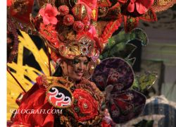 Kostum Solo Batik Carnival ikut menyemarakkan peragaan busana Puspa Nusa Batik Keris