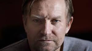 """Ulrich Thomsen, (født 6. december 1963 i Næsby ved Odense er en dansk skuespiller. Han fik sit gennembrud i Thomas Vinterbergs film """"De største helte"""" og """"Festen"""".  I James Bond-filmen """"The World Is Not Enough"""" spiller Ulrich Thomsen skurken Sasha Davidov, der er russisk sikkerhedschef. I 2005 medvirkede han i et enkelt afsnit af den amerikanske tv-serie """"Alias"""". Han modtog en Bodil og Robert for sin hovedrolle i Per Flys film """"Arven"""".  Han har medvirket i actionfilmen """"Hitman"""""""