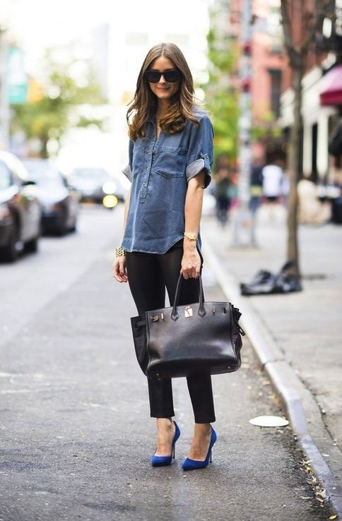 Comprar ropa de este look: https://lookastic.es/moda-mujer/looks/camisa-vaquera-azul-marino-leggings-negros-zapatos-de-tacon-azules-bolsa-tote-negra/899 — Camisa Vaquera Azul Marino — Leggings Negros — Bolsa Tote de Cuero Negra — Zapatos de Tacón de Ante Azules