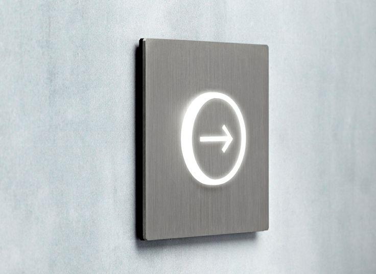 """5.1 Arrow - Lighting Beacon - Baliza luminosa 5.1 con diseño """"Flecha de señaletica"""" con placa de acero cepillado - Signalétique avec design """" flèche"""" et plaque en acier brossé"""
