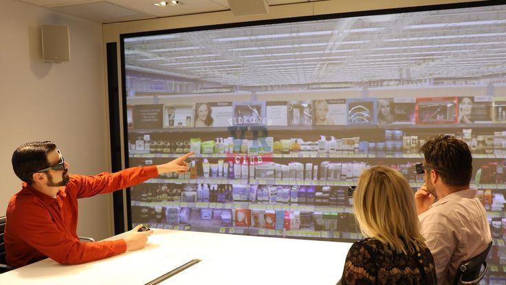 А знаете ли Вы, что Как виртуальная реальность помогает принимать решения в нью-йоркском офисе L'Oréal  Учитывая другие бросающиеся в глаза особенности нью-йоркского офиса L'Oréal площадью почти тридцать три тысячи квадратных метров — маникюрный салон Essie или террасу с видом на Гудзон, — легко пройти мимо незаметной комнаты виртуальной реальности. Она похожа на обычный конференц-зал. Но именно здесь скрывается Лаборатория красоты L'Oréal, состоящая из специальных очков и двух экранов…
