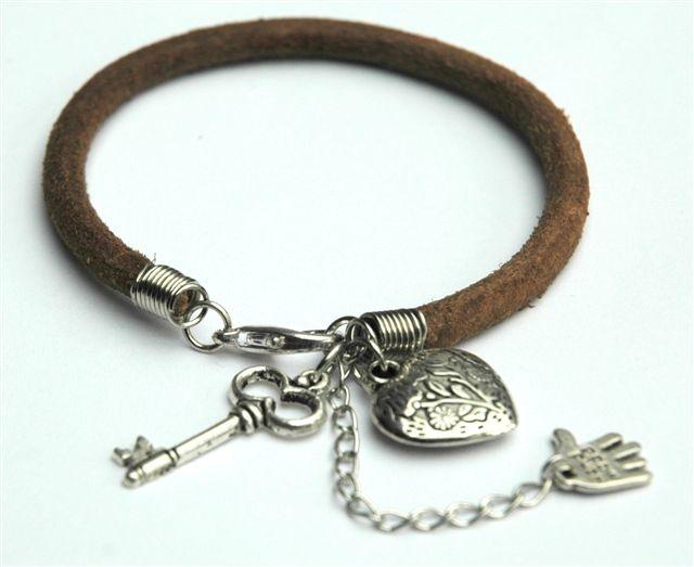 Bruin lederen armbandje met verleng kettinkje en leuke bedeltjes.