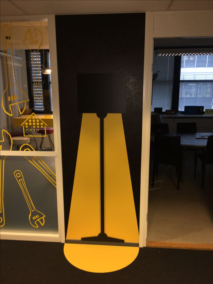 Taustalla tulostettu struktuuriteippi, päällä muotoonleikattu elementti. Taustakuva jatkettu mattoteipillä lattiaan.